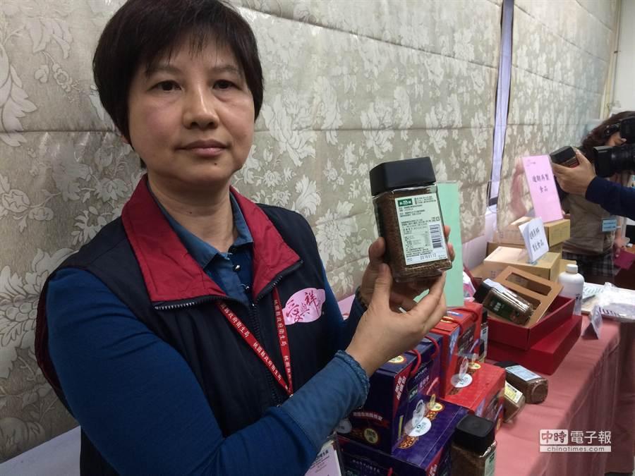 桃園縣衛生局查獲未來食品,咖啡保存3年,有效日期竟為2018年。(甘嘉雯攝)