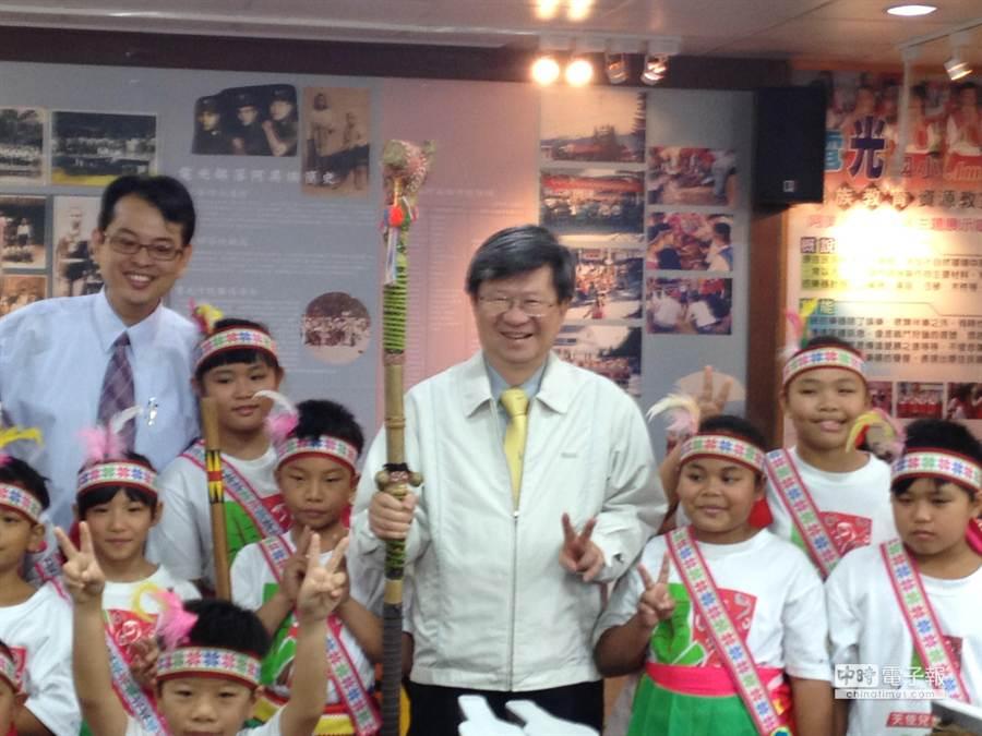 教育部長吳思華(中)與電光國小學生合影。(林志成攝)