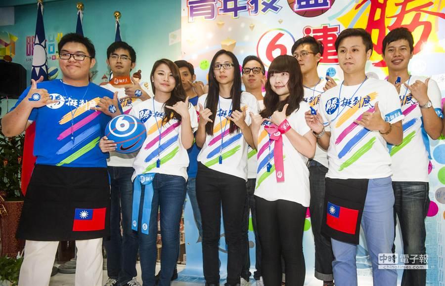 連勝文競選總部21日宣布,將於周六舉行名為「挺台北、挺FTA、挺勝文」大遊行,特殊造型的青年軍(見圖)將參與遊行。 (鄭任南攝)
