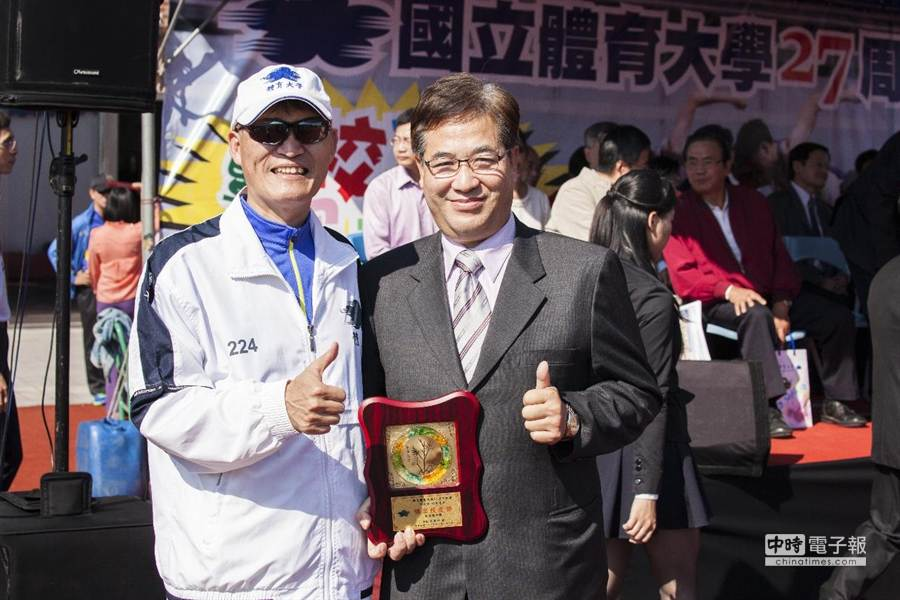 新竹市副市長游建華(右)今天獲頒國體大傑出校友。(黃筱珮翻攝)