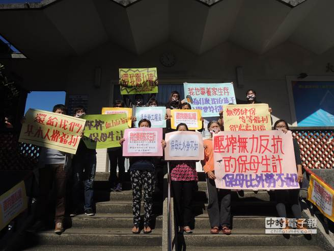 竹市保母自救會22日到竹市府陳情,呼籲重視他們的工作權益。(黃筱珮攝)