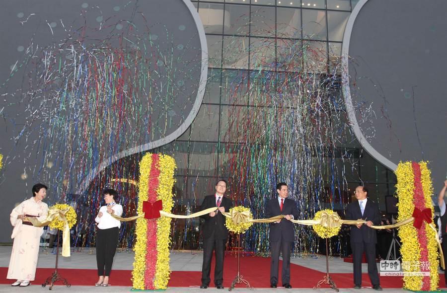 台中國家歌劇院舉辦落成儀式,台中市長胡志強(右起)、總統馬英九、行政院副秘書長蕭家淇、文化部長龍應台、日方代表泉洋子小姐等,共同剪綵。(黃國峰攝)