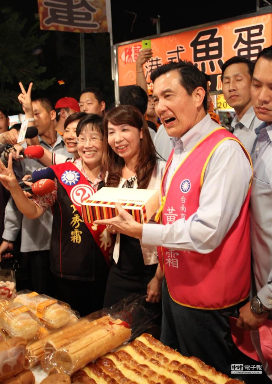 總統馬英九南下為黨籍台南市長候選人黃秀霜催票,並購買家鄉麵包當伴手禮。(林文煌攝)
