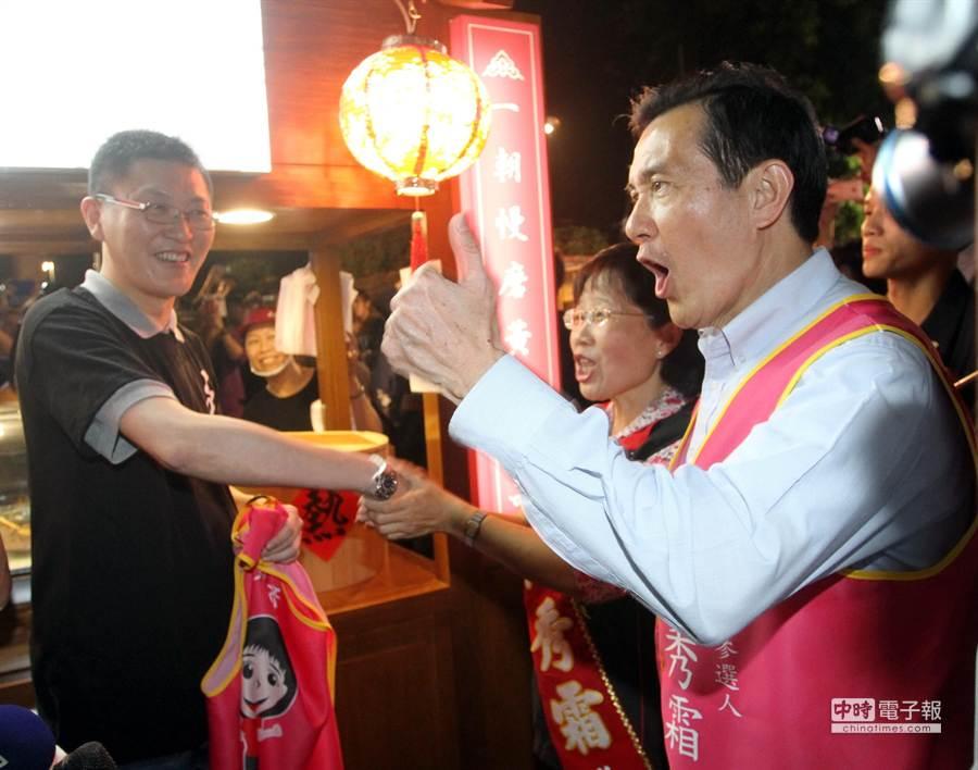 總統馬英九在夜市火力全開大聲向民眾推薦市長候選人黃秀霜。(林文煌攝)