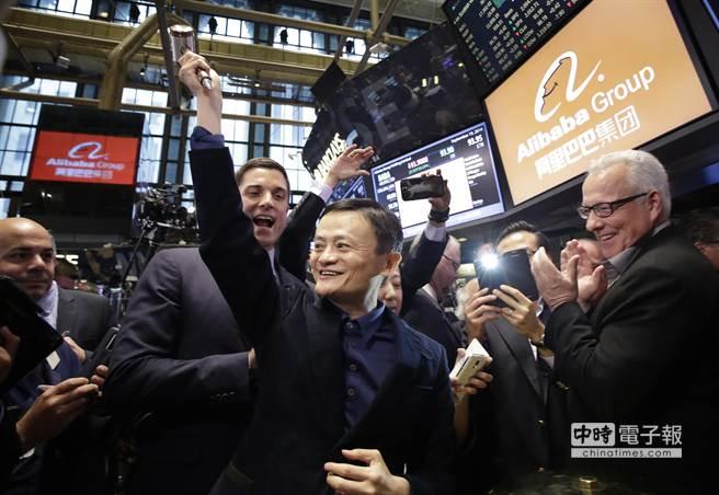阿里巴巴在美上市,憑藉著IPO獲得的龐大資金,預料將開發美國市場,引發美國零售商的恐慌,圖為阿里巴巴董事長馬雲在紐約證交所慶賀上市成功。(美聯社)