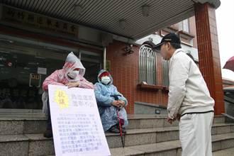 質疑選票做假 民眾選委會前靜坐抗議