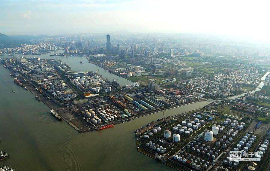 配合洲際貨櫃填海築港進度,高雄前鎮河兩側199座石化儲槽,可望6年後遷離。(高雄市政府都發局提供)