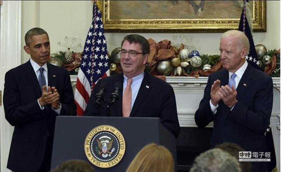 美國總統歐巴馬(左)在白宮羅斯福廳宣布提名卡特(中)為國防部長,副總統拜登(右)也陪同在場。(圖取自美聯社)