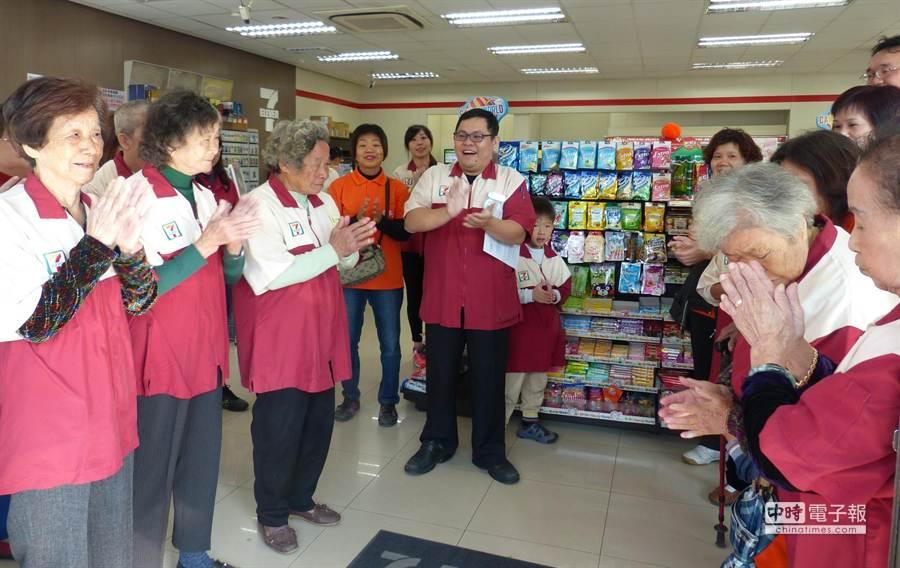 老人家的表現優異,讓真店長陳冠宏(中)也為他們鼓掌。(洪璧珍攝)