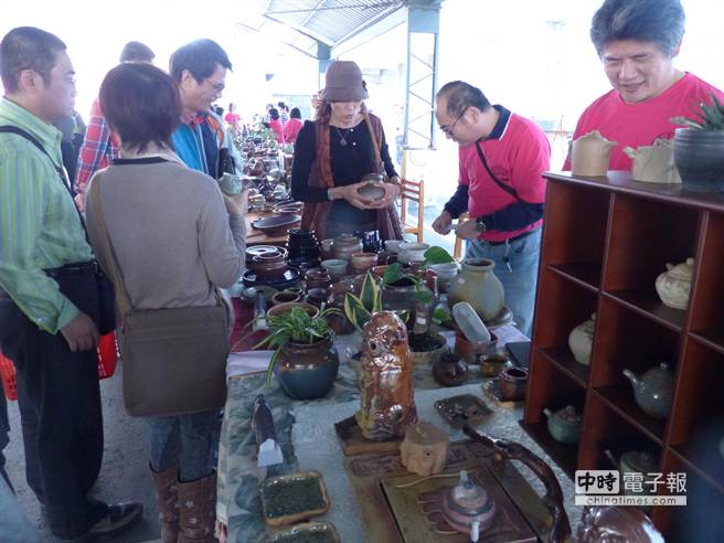 後壁高中陶藝市集每年義賣所得30%捐後壁高中文教基金。(蕭婷方攝)