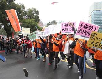 國道收費員自救會在行政院前丟鞋抗議