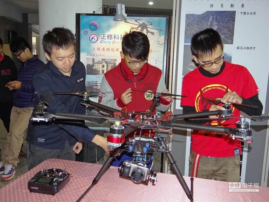 正修科大今舉行「2014無人飛機空拍成果展」,展出無人載具發展成果。(柯宗緯攝)