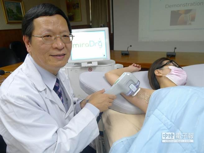 奇美醫學中心皮膚科主任賴豐傑示範以微波熱能除汗儀器治療腋下多汗症。(曹婷婷攝)