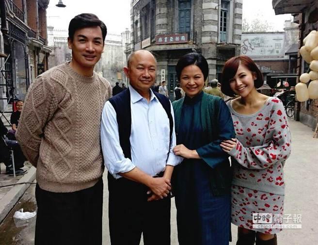 伊正(左起)首次與吳宇森合作,在《太平輪》裡飾演楊貴媚的大兒子。(伊正提供)