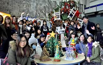 台鐵中壢站木桌椅堆成耶誕樹 吸睛