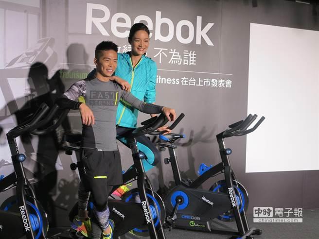 REEBOK Fitness年度代言人超馬悍將林義傑與陽光美女Janet攜手體驗GSB競速車。(馮景青攝)