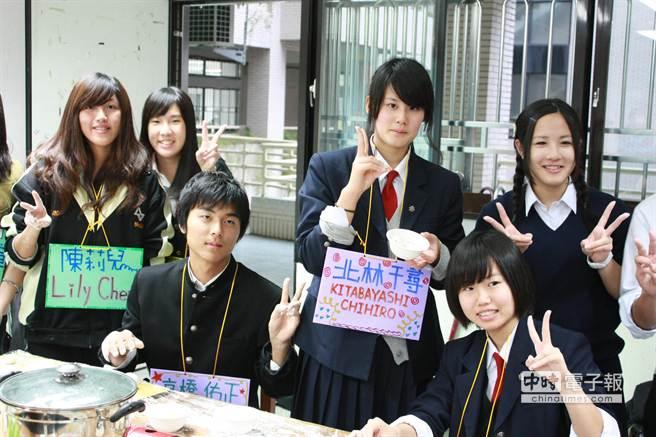 日本滋賀縣的米原高校師生245人於12日拜訪姊妹校新店高中。(葉書宏攝)