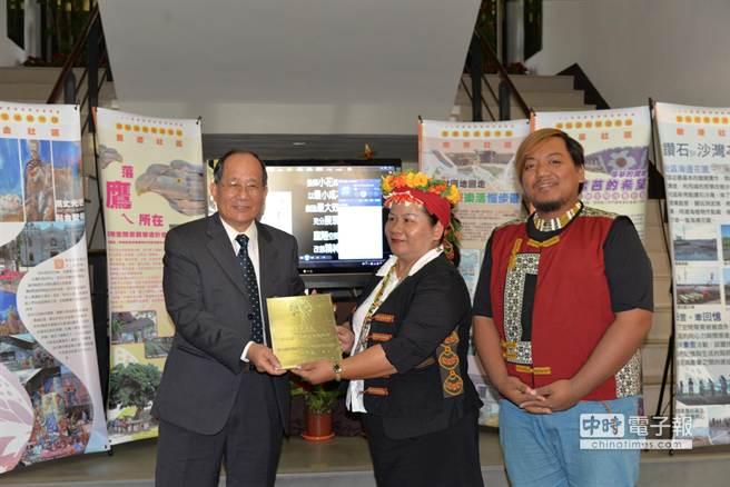 水保局長黃明耀今天親自到台南分局頒獎勉勵各獲獎社區。(黃文博攝)
