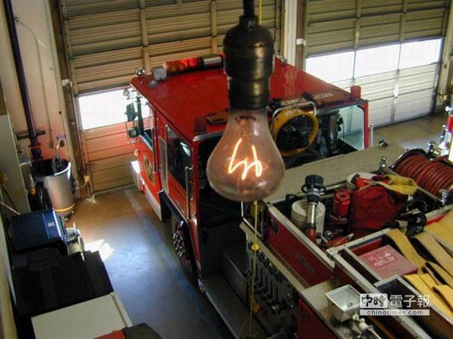 高掛在美國加州利弗莫爾(Livermore)6號消防局天花板上的這個燈泡,已經「高齡」113歲,仍在工作中。(圖取自odditycentral)