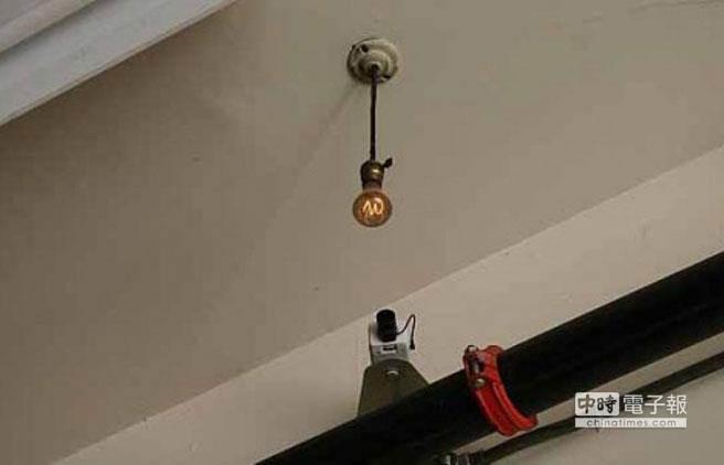 6號消防站為這個古董燈泡安裝了攝影機,每隔10秒鐘刷新一次當前圖像。(圖取自odditycentral)
