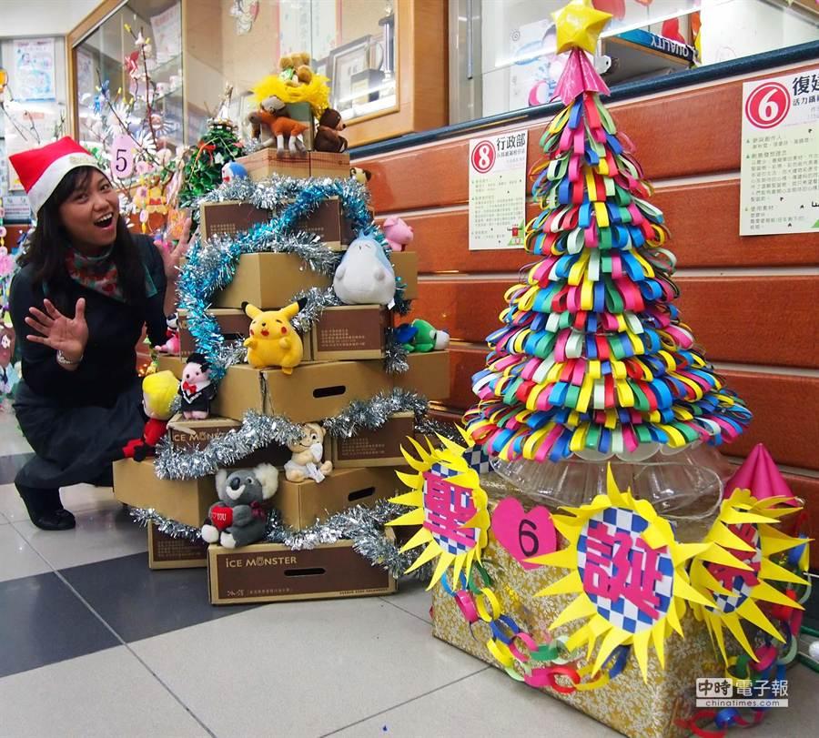 恆基員工利用各項廢棄物,製作成10棵環保耶誕樹,放在大廳讓人眼睛為之一亮。(潘建志攝)