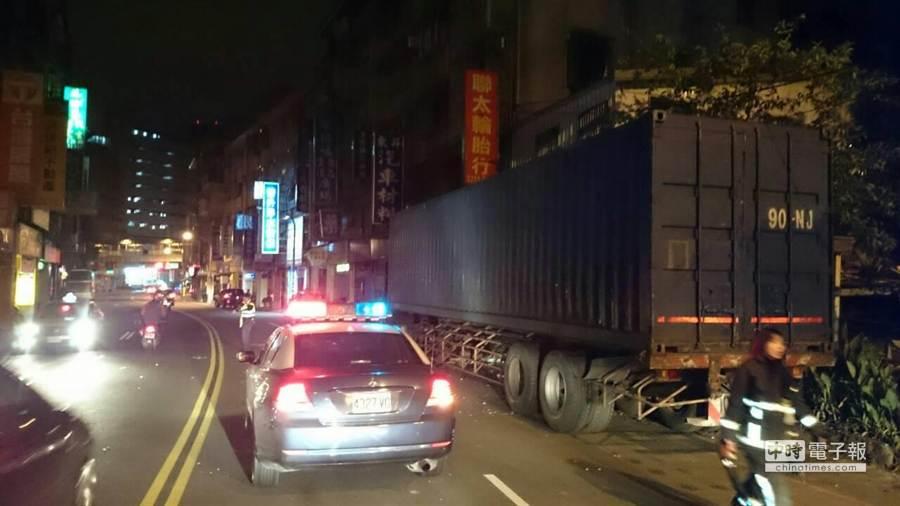 59歲陳姓男子駕駛聯結車自撞民宅。(葉書宏翻攝)