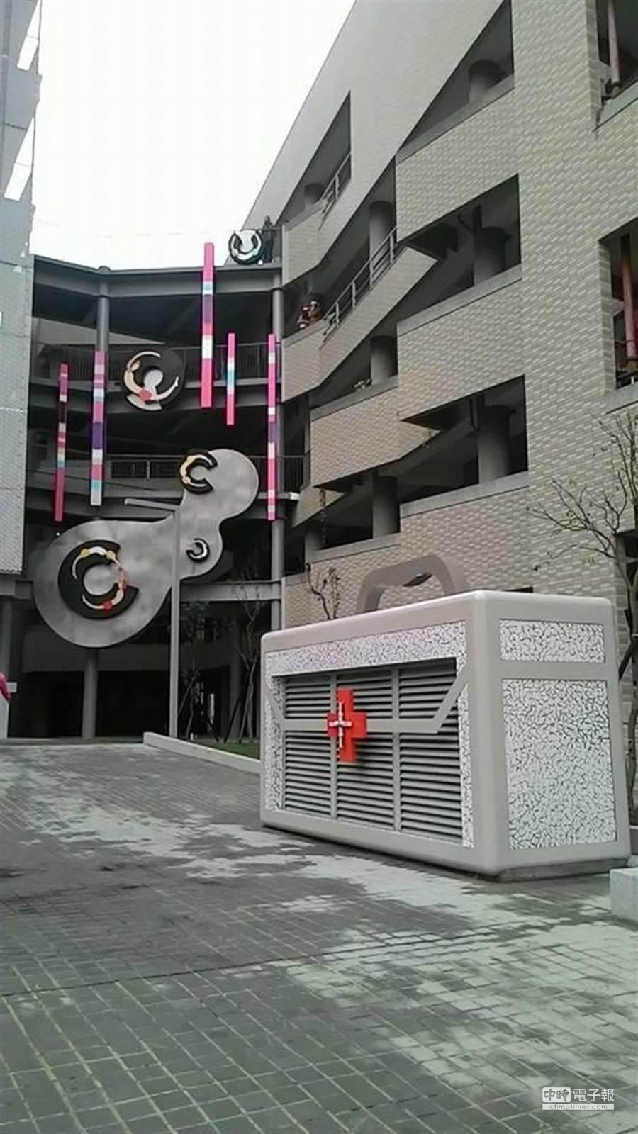 經過社造人員巧手改造,台南護校校園內出現一個大的醫護箱,大樓則裝上類似視力檢查表的C字符號。(程炳璋攝)