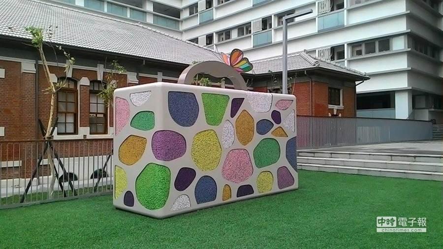 台南護校與昀珊國際創藝工作室合作策畫,改造校內老舊的通風塔,變身為化妝包裝置藝術。(程炳璋攝)