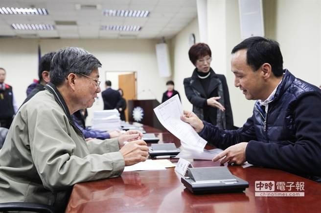 國民黨黨主席補選登記21日4時截止,新北市長朱立侖(右)趕在截止前到國民黨中央黨部登記。(林后駿攝)