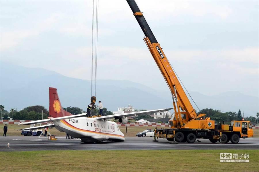 事故發生後,航空站派出吊車,把飛機吊離跑道,以免航班受阻。(黃力勉攝)