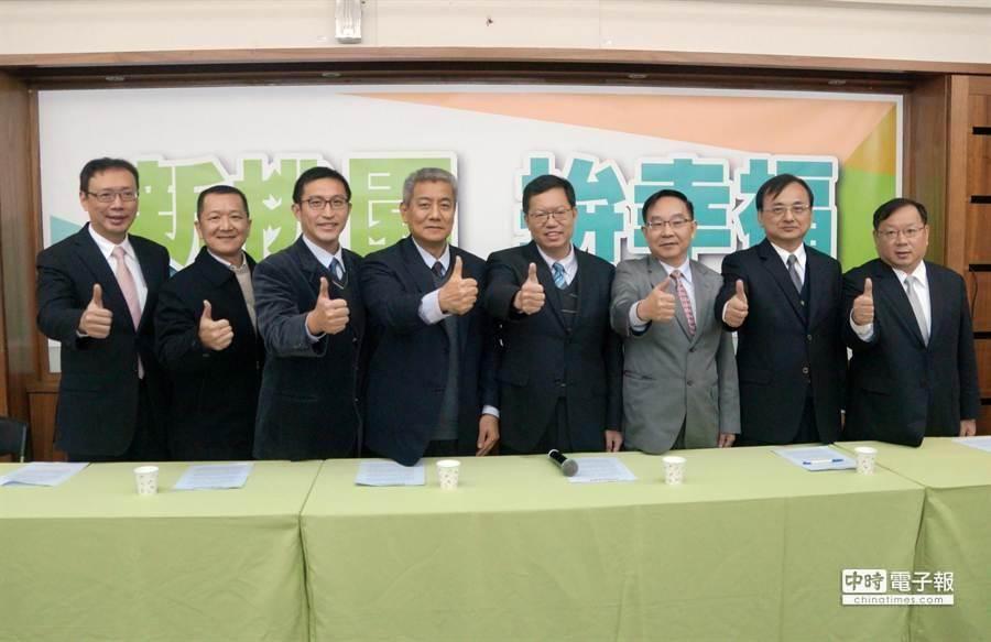 準桃園市長鄭文燦22日宣布教育局、地政局及3位參議的人事案。(甘嘉雯攝)