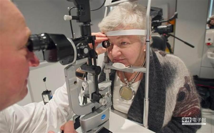 植入式隱形眼鏡「Tecnis」,只需一次手術,便能解決白內障、散光、遠視及近視等因老化或其它原因導致的視力問題。(摘自中新網)