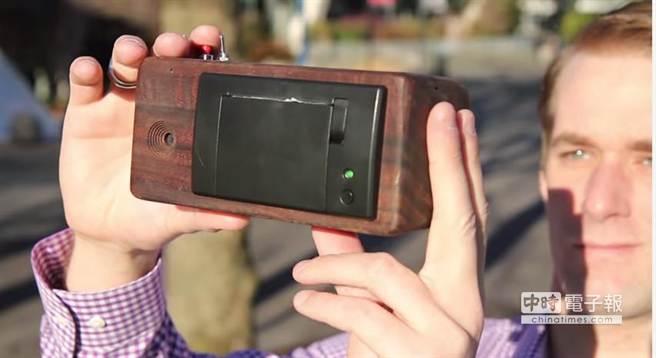 PrintSnap相機改採收據紙作為相紙材料,列印成本相當低廉,翻轉一般人對於「即拍即得」相機的印象。(摘自YouTube)