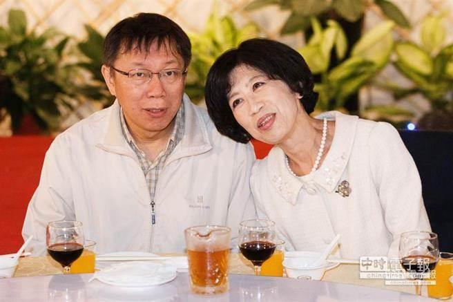 台北市長柯文哲(左)26日偕同夫人陳佩琪(右)參加台北市議會迎新惜別餐會,陳佩琪在會上一時興起,將頭微靠在柯文哲肩上。(杜宜諳攝)
