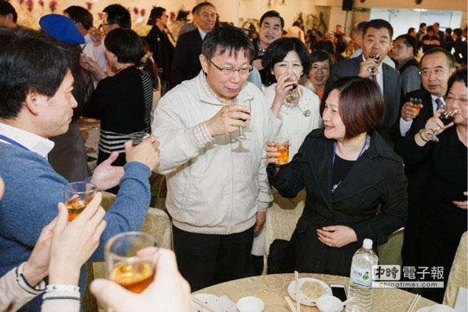 台北市長柯文哲(中)26日偕同夫人陳佩琪參加台北市議會迎新惜別餐會,並逐桌舉杯致意。(杜宜諳攝)