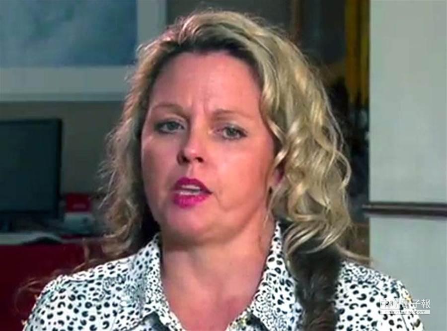10年前南亞海嘯,雪萊(Jillian Searle)忍痛放開大兒子,保住小兒子。(翻攝SKY News)