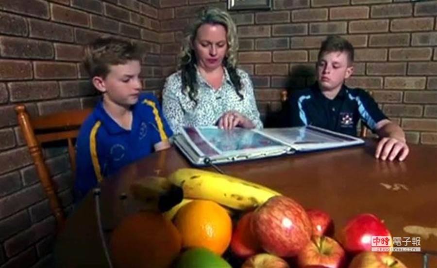 南亞海嘯後,雪萊(中,Jillian Searle)與大兒子羅奇(右,Lochie)、小兒子布萊克(左,Blake)都幸運的生存下來,他們都覺得這是最棒的耶誕禮物。(翻攝Sky News)