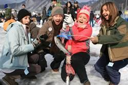 韩国冬季庆典开跑 畅玩冰钓、雪橇