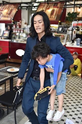黃河《俏摩女搶頭婚》劇中6歲兒現身,單眼皮童星「弟寶」有如黃河翻版