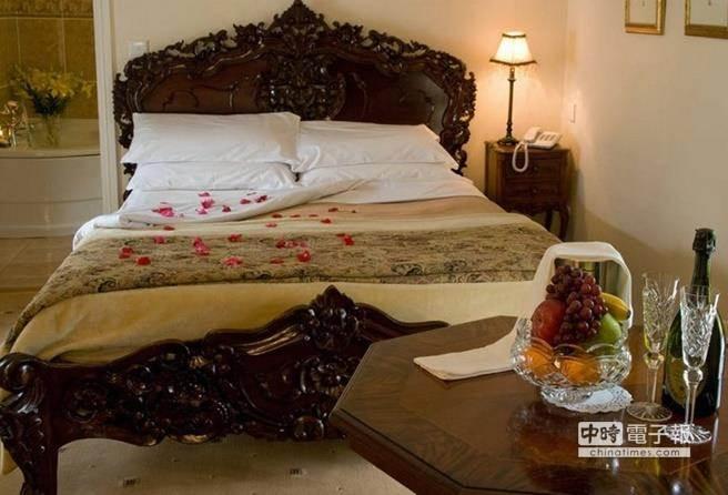 飯店在房內準備4個枕頭,是為客人健康著想。(圖/摘自millsinn.ie網站)