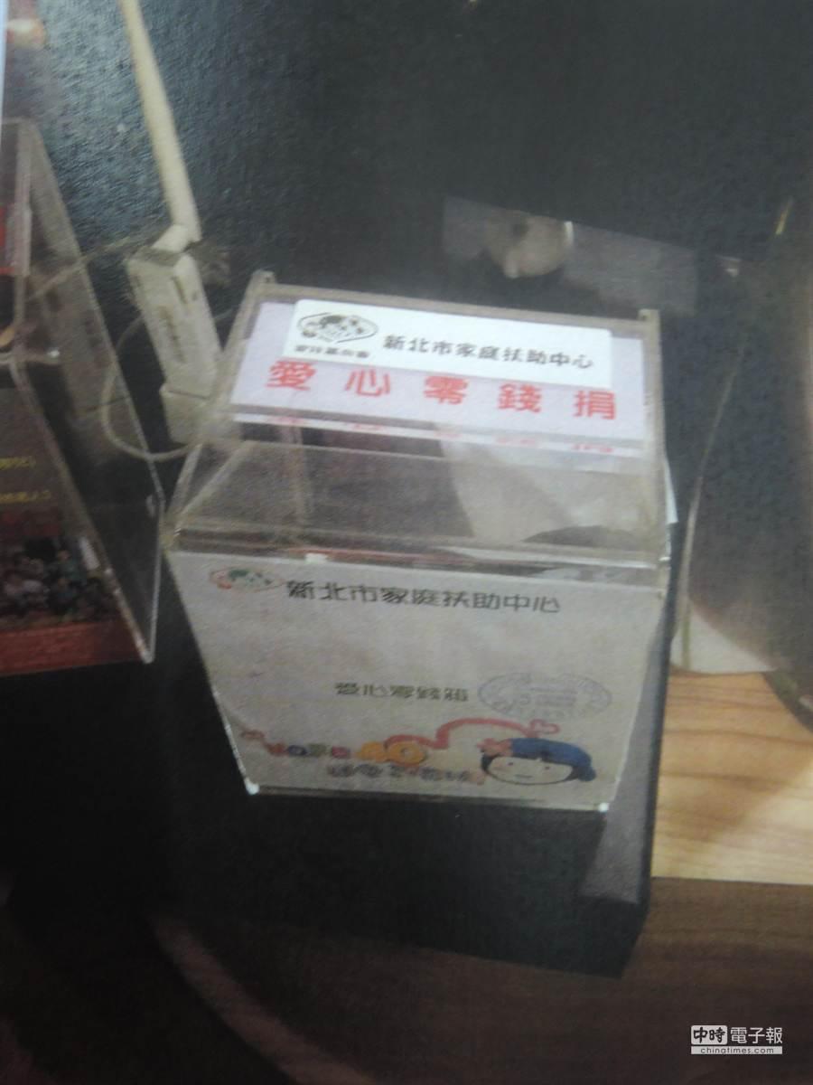 陳嫌把整個捐款箱偷走,但隨即被店家逮到。(王揚傑翻攝)