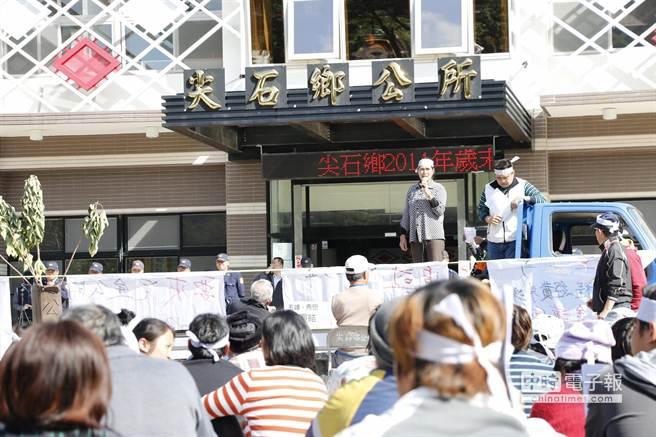 尖石鄉公所前廣場今天上午集結了上百名秀巒、玉峰2村的村民抗議,直至下午1時許抗議活動才結束。(魯鋼駿攝)