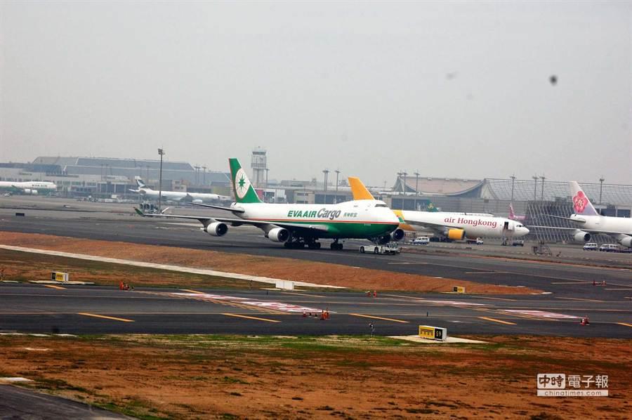 經過整建並將於8日開放的桃園機場南跑道,跑道舖面採用瀝青混凝土,跑道也加長到3800公尺,可以起降A380大型航機,圖為航機拖行測試。(圖文:高興宇)