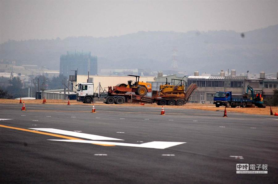 經過整建並將於8日開放的桃園機場南跑道,跑道舖面採用瀝青混凝土,跑道也加長到3800公尺,可以起降A380大型航機,助導航設施也從第1類儀器起降提升到第2類儀器起降標準,在較低能見度天候下也能提供航機安全起降。(圖文:高興宇)