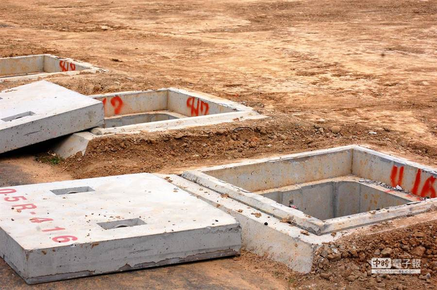 經過整建並將於8日開放的桃園機場南跑道,跑道舖面採用瀝青混凝土,跑道也加長到3800公尺,但開放在即仍有部分細部在加緊收尾,線箱內也仍有積水有待清除。(圖文:高興宇)