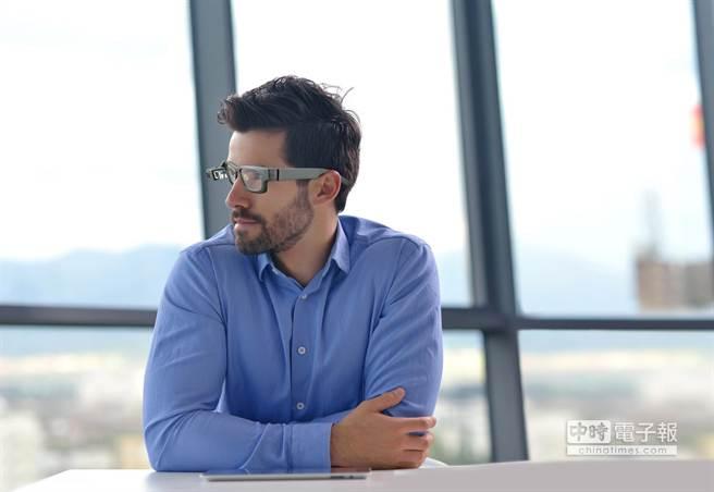 鉅景科技推出針對企業專業市場所設計的SiME智慧眼鏡。(業者提供)