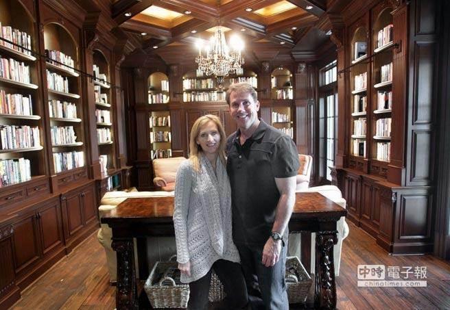 美國著名暢銷書作家尼可拉斯史派克(Nicholas Sparks),驚傳結束他25年的婚姻,與妻子凱西(Cathy)協議離婚。(美聯社資料照片)