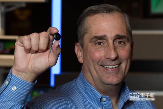 英特爾執行長科再奇手持鈕扣大小的Intel Curie模組原型。(圖由英特爾提供)