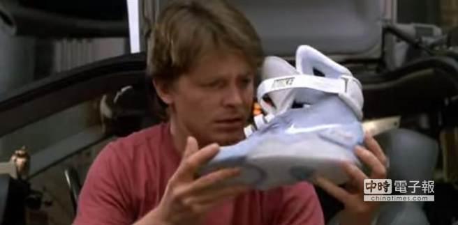 電影《回到未來2》中Nike Air Mag智慧鞋曾出現的畫面。(摘自YouTube)