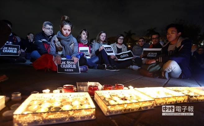 「查理週刊」遇襲震驚全球,在台法國人與民眾在自由廣場舉行聲援法國漫畫周刊活動,許多人以燭光、默語方式悼念。(陳信翰攝)